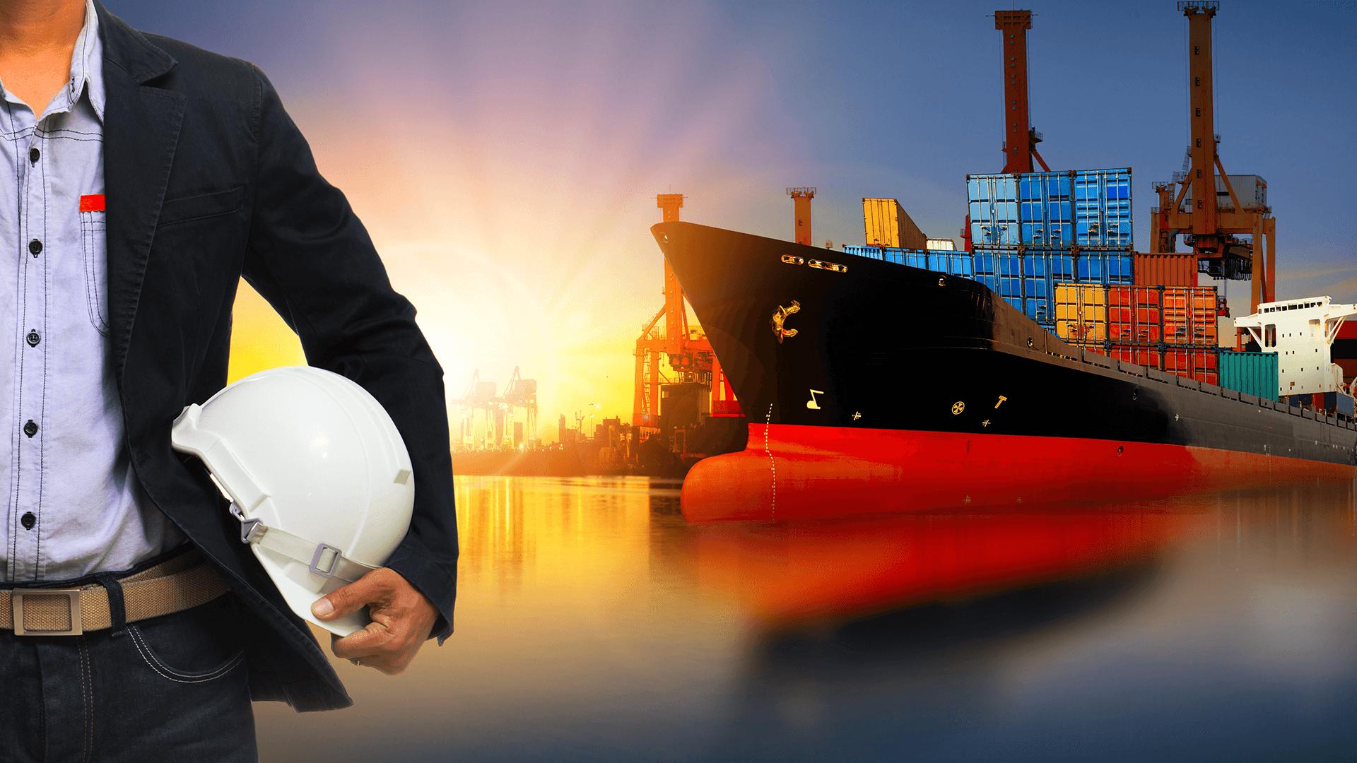 homem com capacete em baixo do braço e navio com porto ao pô-do-sol ao fundo